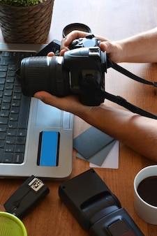 写真機器、カメラ、三脚、フラッシュ、コンピュータを備えたデスクトップ