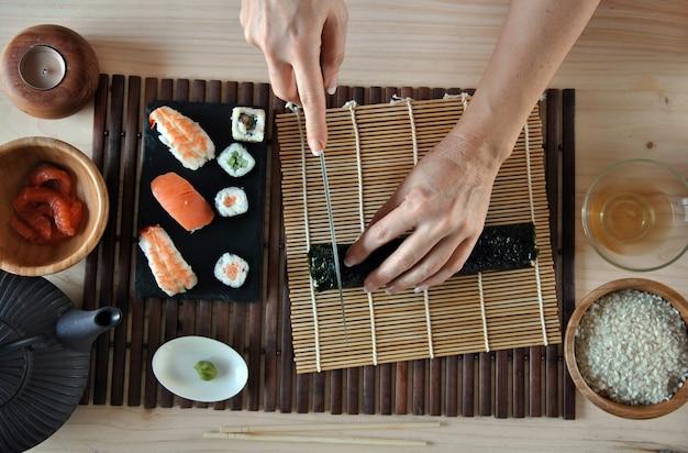 ご飯、サーモン、のりと寿司