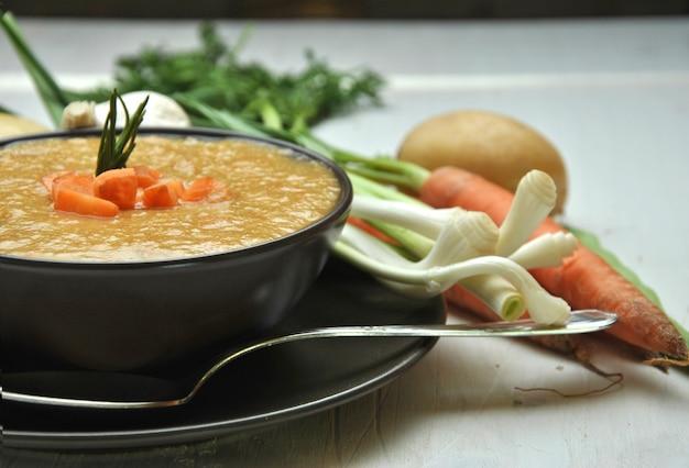 ニンジン、ジャガイモ、ニンニクを添えた野菜スープ