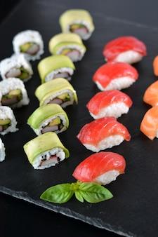 Блюдо с различными видами суши, немного тунца и другого лосося