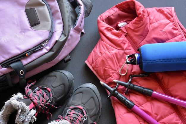 ブーツ、バックパック、ウォーターボトル、杖で構成される女性と男性のためのハイキング服