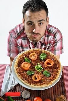 レストランでピザを食べて狂った空腹の男