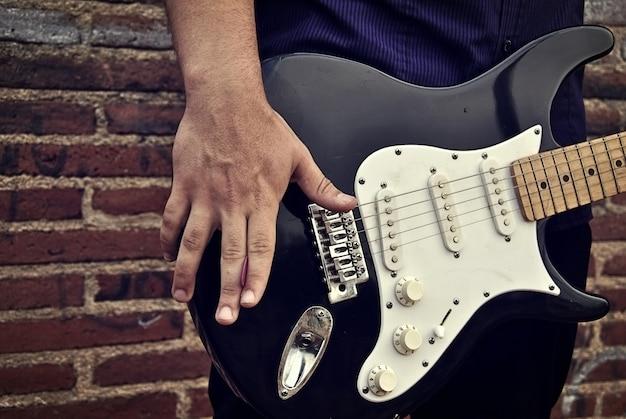 ロッカーで演奏されているエレキギター