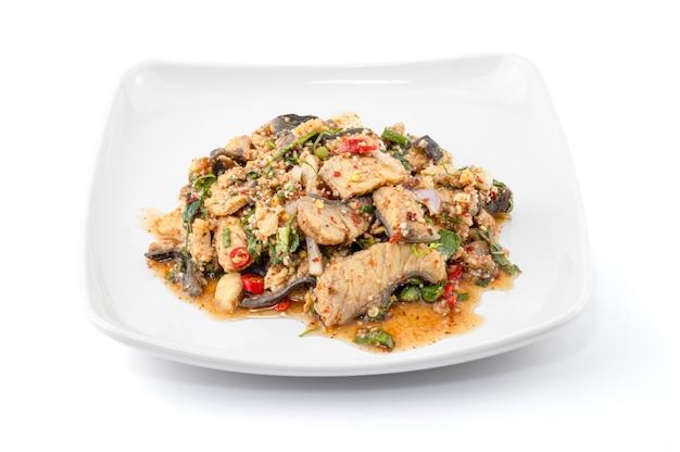 Острый салат из рубленой рыбы на белом фоне