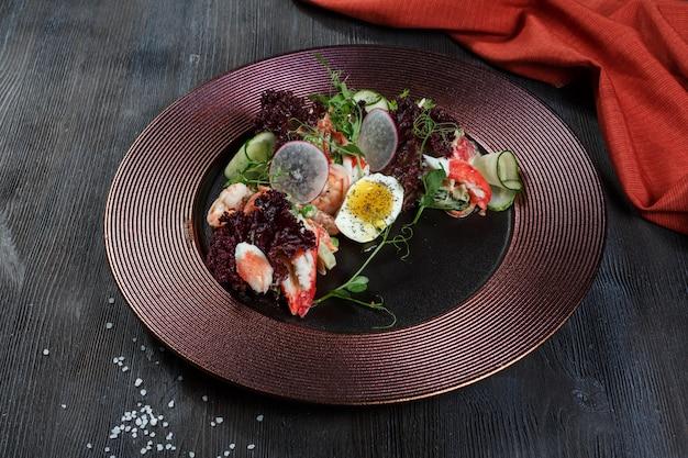 シーフードサラダエビ、ムール貝、イカ、玉ねぎ、ネギをレモンとパセリで飾ったサラダ。