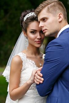 Жених и невеста на улице
