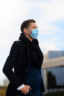 Люди с маской для лица. концепция с копией пространства. портрет взрослого человека в карантине гриппа. фото на улице в городе