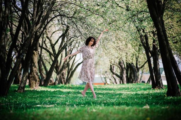 公園の巻き毛を持つ若い女性