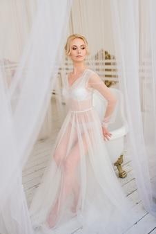 概念的な結婚式、ヨーロピアンスタイルの花嫁の朝。ブドワールドレス、インテリア料。花嫁のための白いミニマリズム