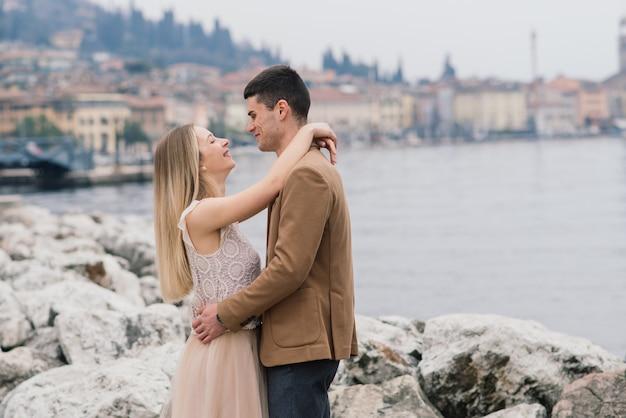 Сало, италия. романтическая пара на скамье подсудимых