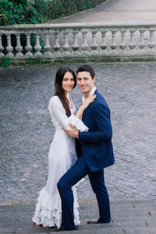 愛するカップルがお互いに笑顔を抱きしめる