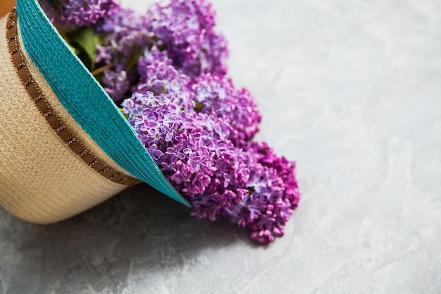 夏の帽子に美しい紫色のライラックの花