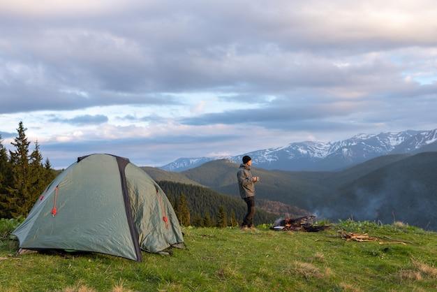 Турист с снаряжением проводит время в походах по горам