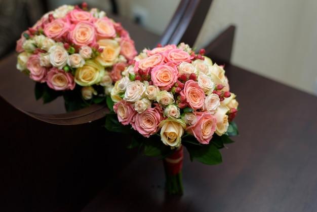 Красивый свадебный букет из роз