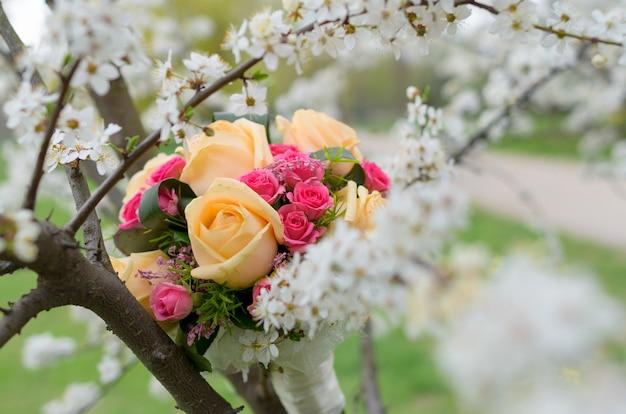 Свадебный букет невесты из роз на дереве весной