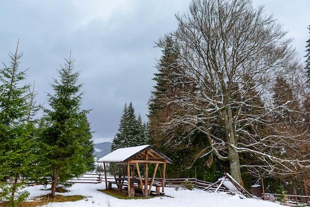 観光ルートの小道沿いの木造のあずまやが立ち並ぶ