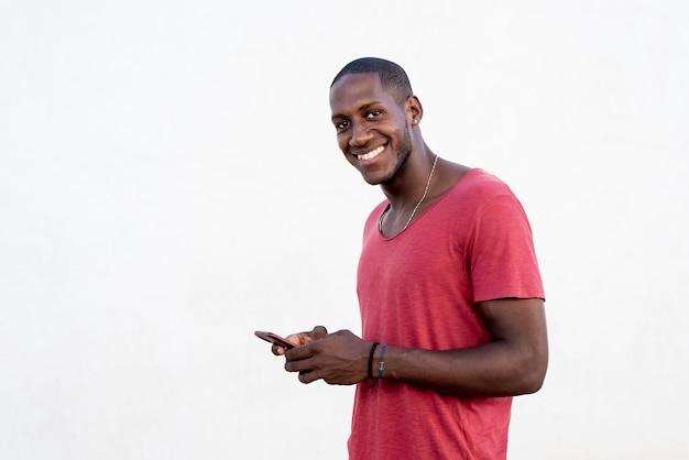 Портрет африканского человека текстовых сообщений на своем телефоне