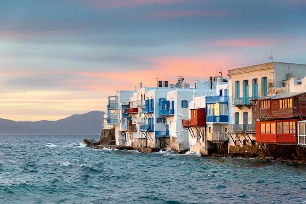 Яркий живописный вид на красочную набережную. город миконос, греция