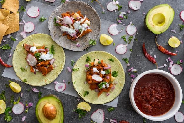 Свежие мексиканские тако на столе