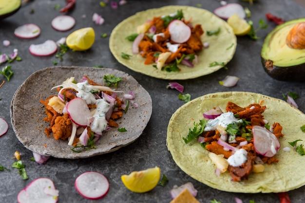 テーブルの上の新鮮なメキシコのタコス