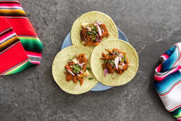 Мексиканские тако на столе