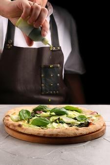 ズッキーニとほうれん草のピザのクローズアップ