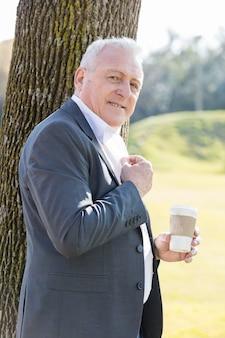 コーヒーでポーズ静かなシニア男性