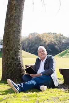 屋外で読書平和な男
