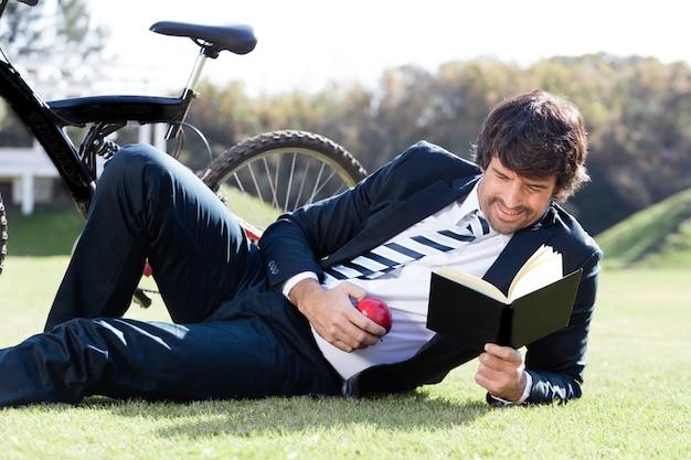草の上に本を読んで濃縮作業員