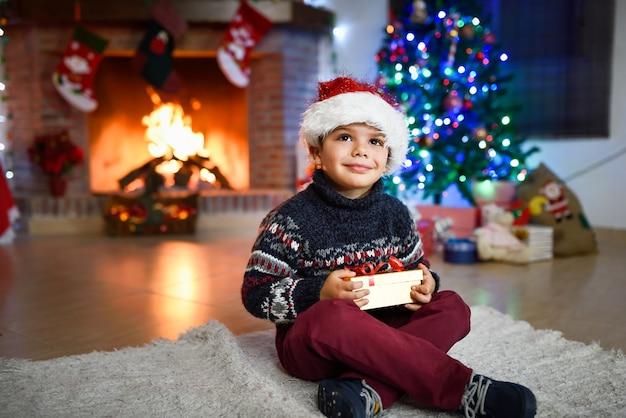 Маленький мальчик в комнате, оформленной на рождество