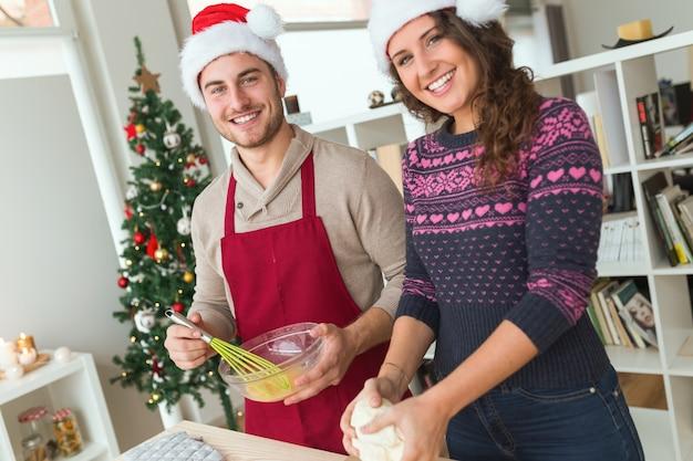 Человек взбивания яиц, а его жена месит
