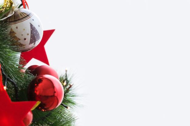 クリスマスボールとクリスマスツリー