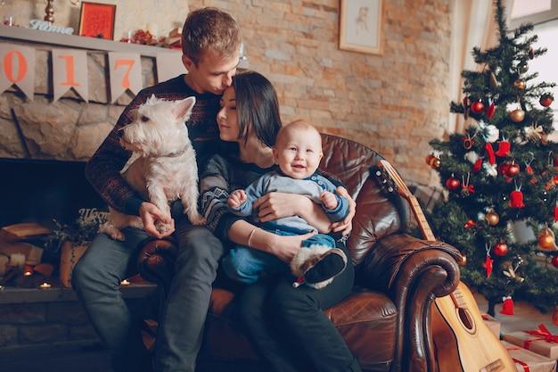 クリスマスで犬と一緒にソファに座って家族