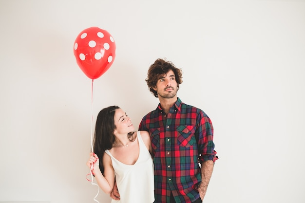 Девочка с шаром, глядя на своего друга