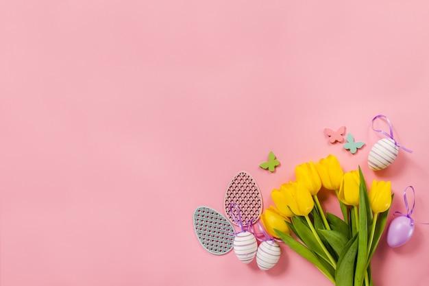 Розовый фон с цветами и пасхальные яйца