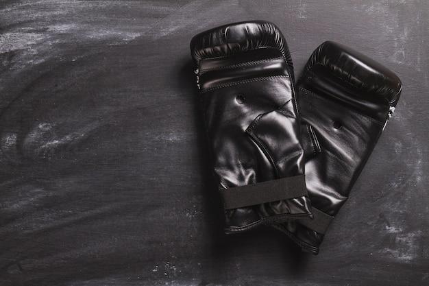 黒板にボクシンググローブ