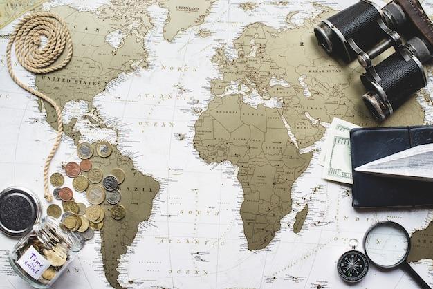 旅行項目のコレクションを持つ冒険組成