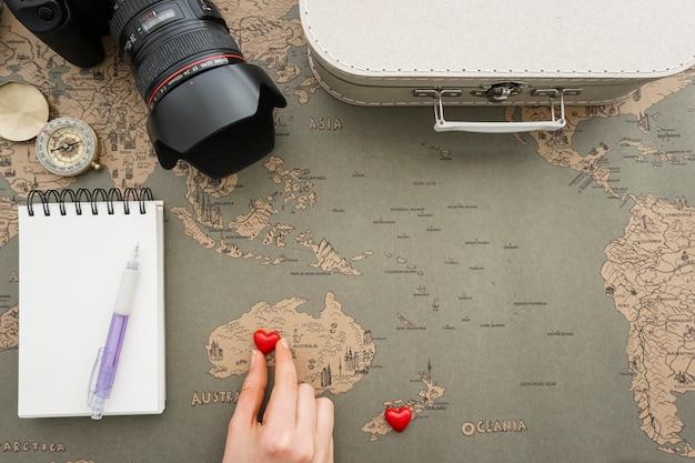 手がオーストラリアに心を置くと旅行の背景