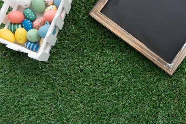 Трава фон с чистого листа и пасхальные яйца