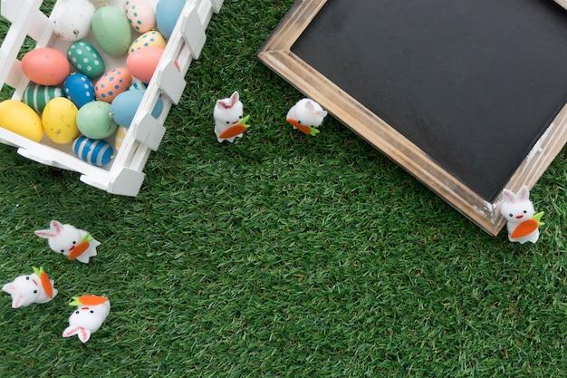 Пасха фон с цветными яйцами и шифера