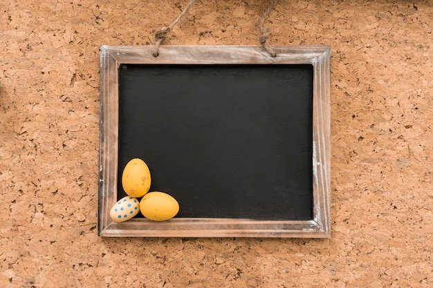 Декоративный шифер с тремя пасхальные яйца
