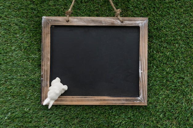 Вид сверху листа с декоративным пасхальный кролик