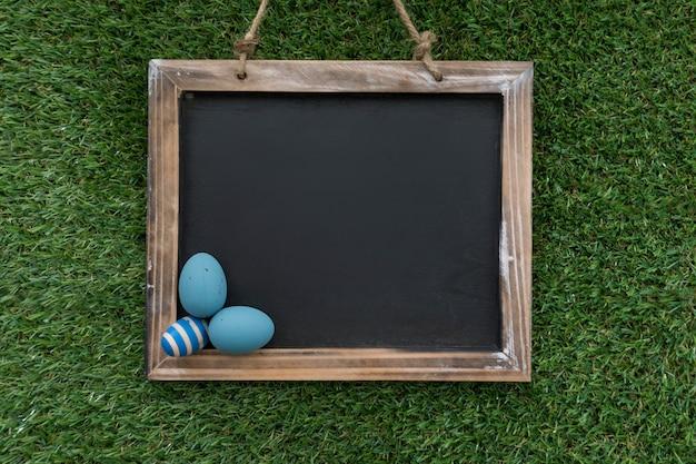 Пустой сланец с голубыми яйцами на пасху день