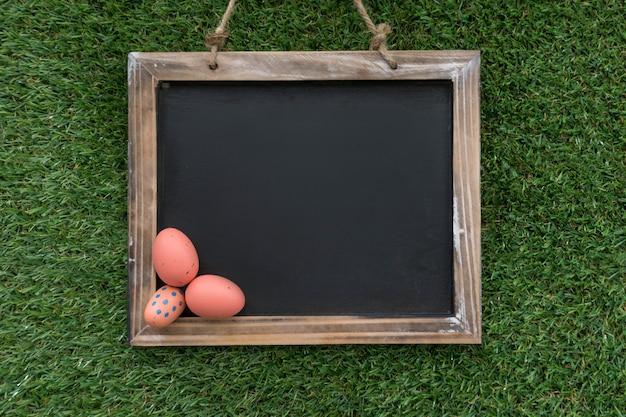 Вид сверху листа с пасхальными яйцами