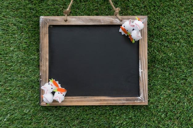 Вид сверху листа с пасхальными кроликами