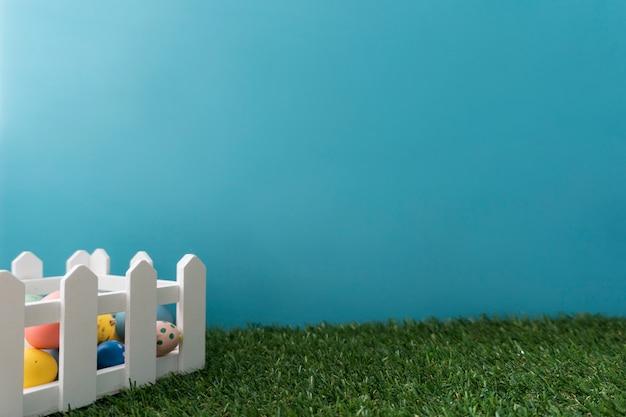 Большой композиция с деревянным забором и крашеные яйца