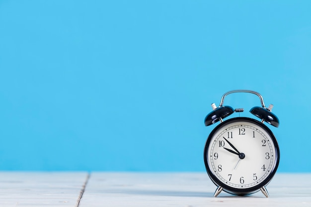 青色の背景色の装飾的な目覚まし時計