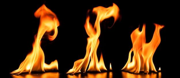 黒の背景に現実的な炎
