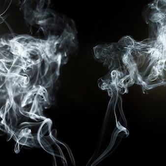 煙の効果を持つ黒の背景
