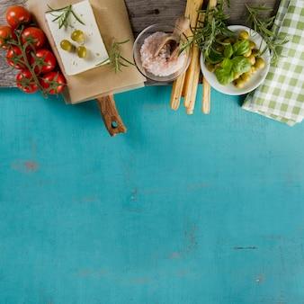 青色の表面上のさまざまな製品